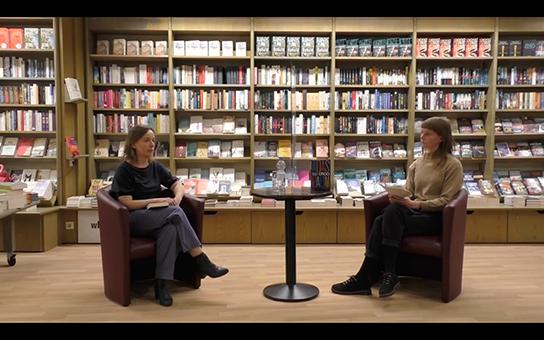 """Screenshot aus """"Bücher im Gespräch"""" mit Anne Reinert (links) und Wiebke Radke."""